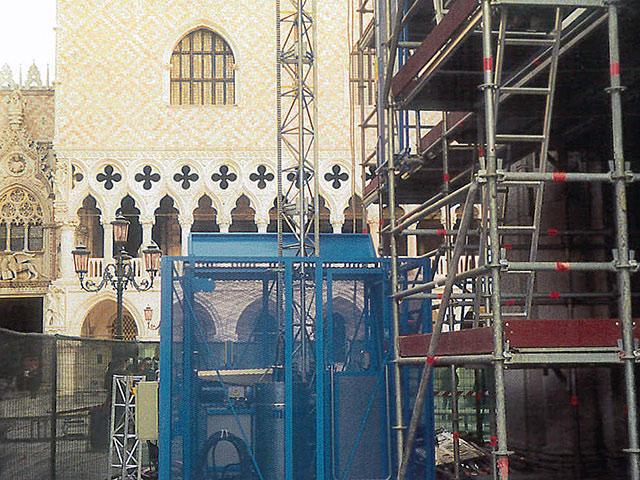 ascensori da cantieri per ponteggio in piazza san marco venezia